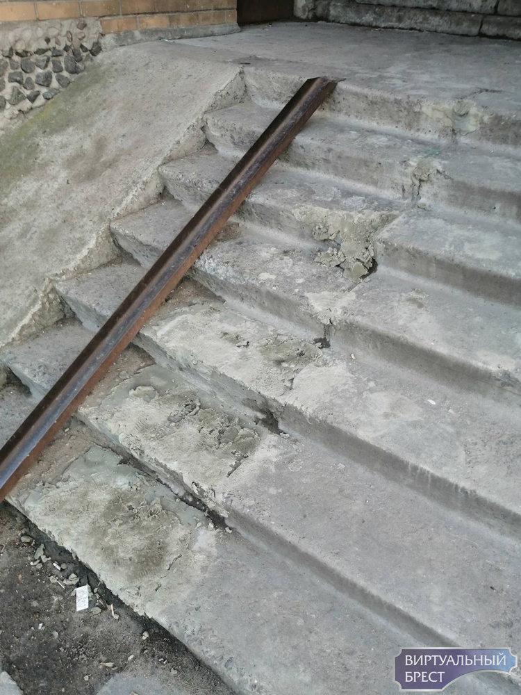 Жители дома по ул. Скрипникова просили ЖЭС поправить ступеньки. Получилось только хуже