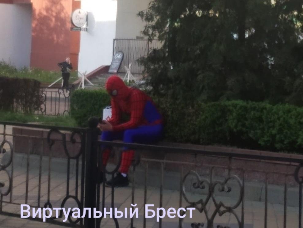 Грустный человек-паук сидел на бульваре Космонавтов в Бресте
