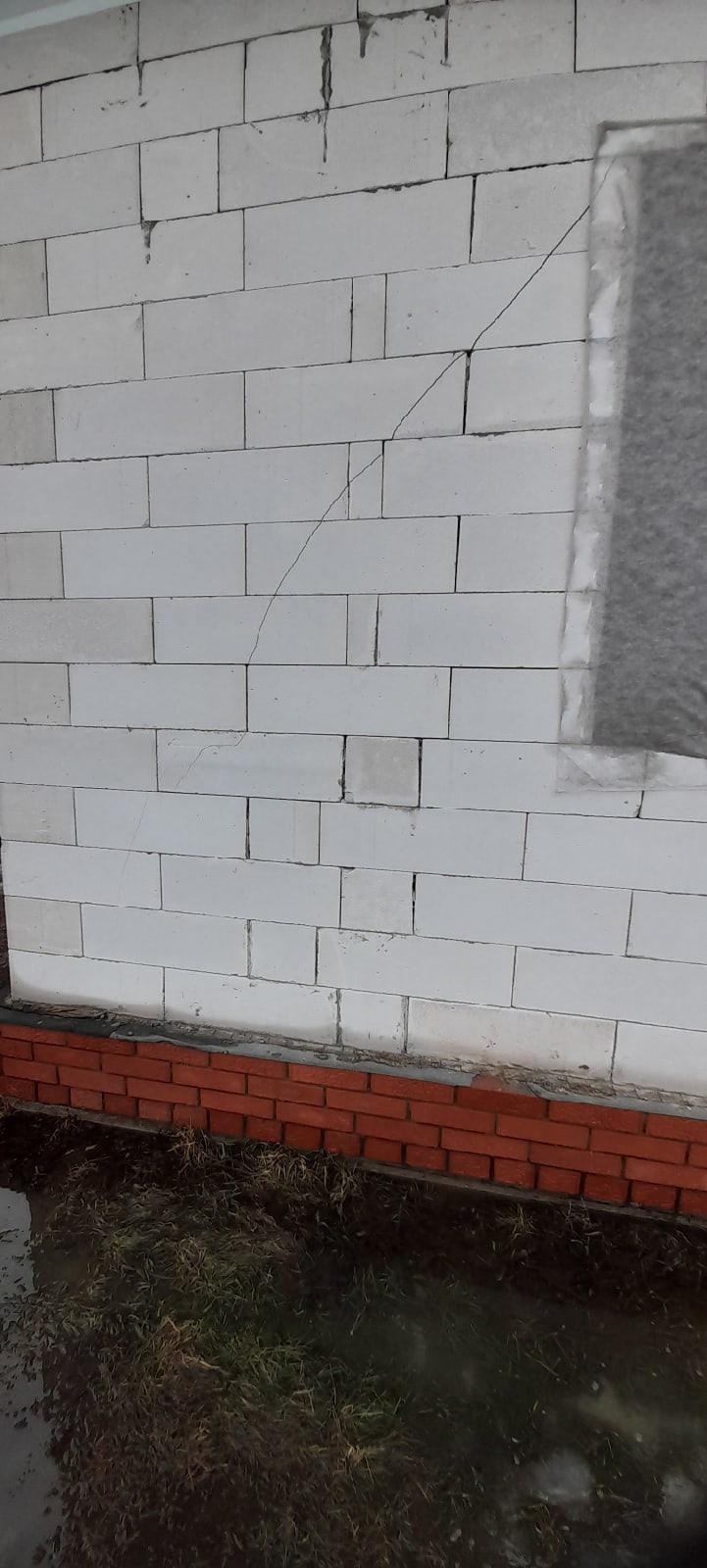 Почему лопнула стена левый угол дома.
