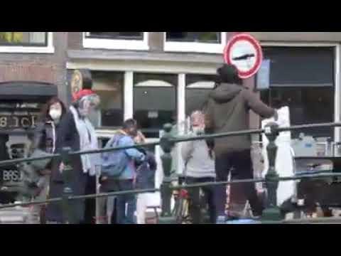 Troupe filma comparse con la mascherina ad Amsterdam mentre in strada non le porta nessuno