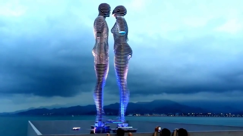 Le enormi statue in movimento di Ali e Nino Batumi Georgia